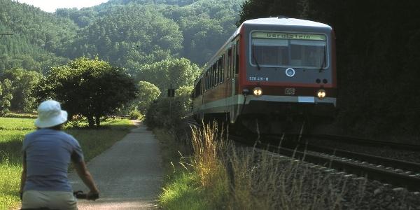 Kyll-Radweg_Die Bahn begleitet den Radweg nahezu auf der gesamten Strecke