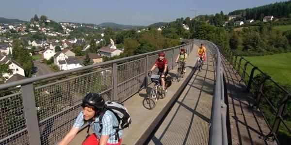 Maare-Mosel-Radweg: Viadukt in Daun