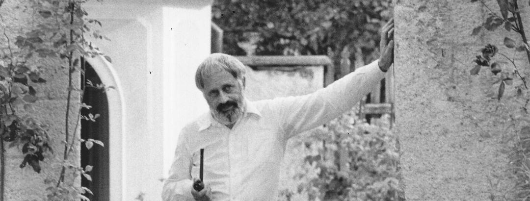 Wolfgang Hildesheimer am Eingang zum Garten der Casa Gay