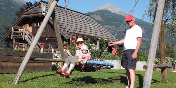 Die Launsberghütte begeistert die kleinen Gäste mit einem Spielplatz und einer eigenen Tret-Gocart-Bahn