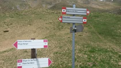 Auf dem Sentiero Italia 101, Im Hintergrund der Abstieg vom Triomen-Pass