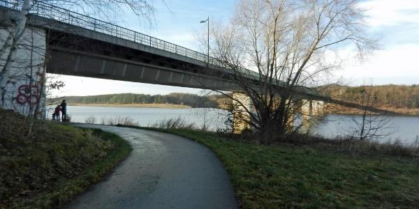 Talsperrenbrücke mit Unterquerung des Promenadenweges