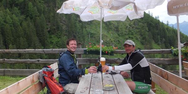 Ein kühles Bier als Belohnung auf der Stranighütte