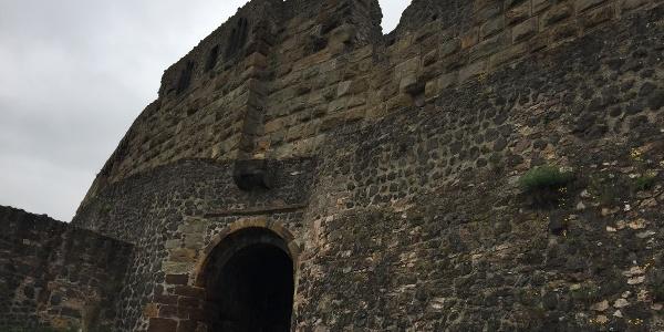 Das innere Tor der Burgruine Münzenberg