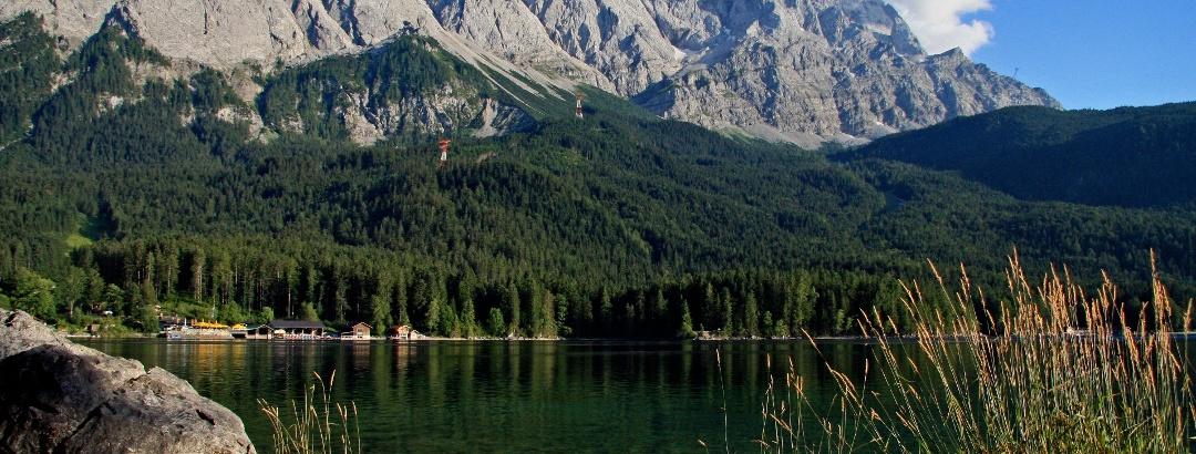 Blick über den Eibsee auf die Zugspitze.