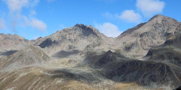 Die Hütte vor den Leibnitzer Rotspitzen (links) und dem Hochschober (rechts)