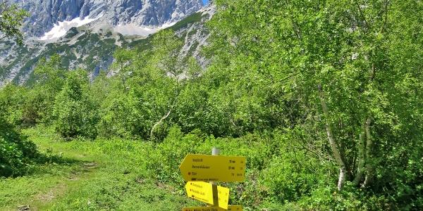 Wegweiser zu Lafatscherjoch und Bettelwurfhütte - nach rechts