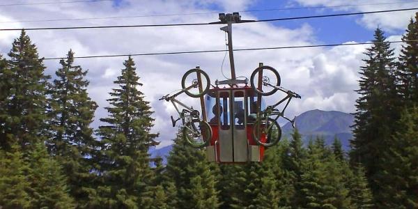 Biketransport auf der zweiten Sektion der Seilbahn