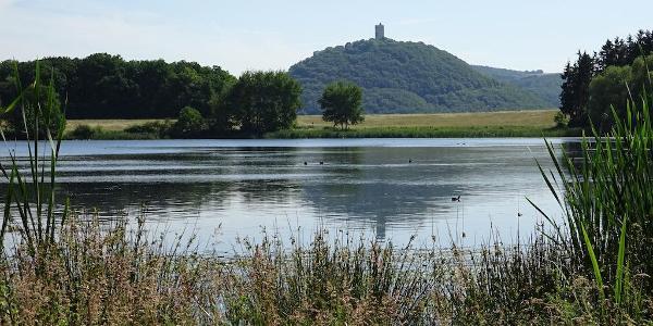 Burg Olbrück spiegelt sich im Rodder Maar.
