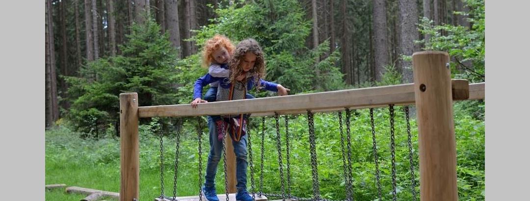 Barfußpfad mit Wackelbrücke