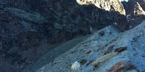 Der Zustieg folgt dem Moränen-Kamm bevor er links durch die Flanke zur Felswand führt.