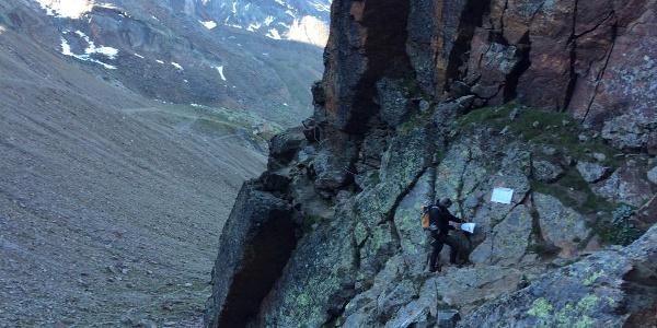Beim Einstieg, der Klettersteig führt gleich nach links um den Felsen herum.