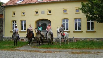 Vor dem alten Gutshaus Gestüt Da Porta Azul - hier startet unser Ritt