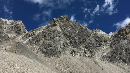 Blick zum Gipfel mit den Routen