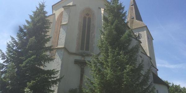 Pfarrkirche Kaumberg (ehem. Wehrkirche) von den Treppen aus gesehen