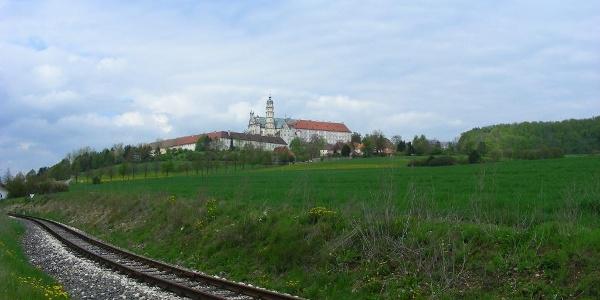 Die Härtsfeldbahn und das Kloster in Neresheim.