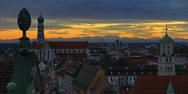 Maximilianstrasse in Augsburg mit Alpenpanorama