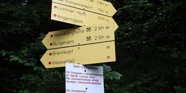 Wegweiser am Waldrand - Siedlung. (Bild Walter Kaller)
