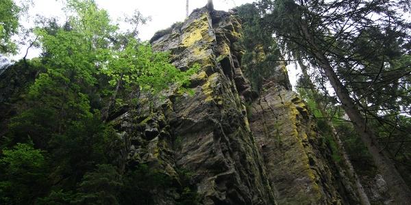 Der Felsen am Wasserfall