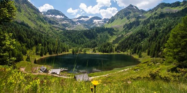 Duisitzkar mit dem Duisitzkarsee und den beiden Hütten im Obertal