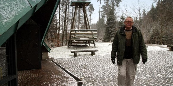 Walter Reile wandert vorbei an der Wallfahrtskapelle 'Matzenbacher Bild'