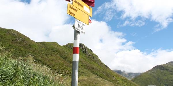 Abzweigung  an der Pass-Strasse