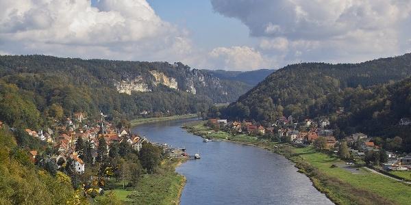 Stadt Wehlen (links) und der Ortsteil Pötzscha (rechts) an der Elbe von der Wilke-Aussicht gesehen. Im Hintergrund die Bastei.