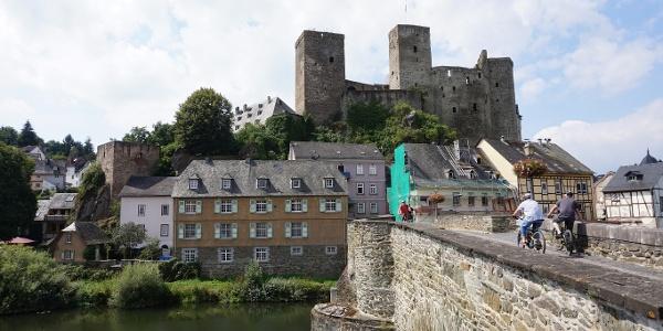 Lahnbrücke mit Burg Runkel