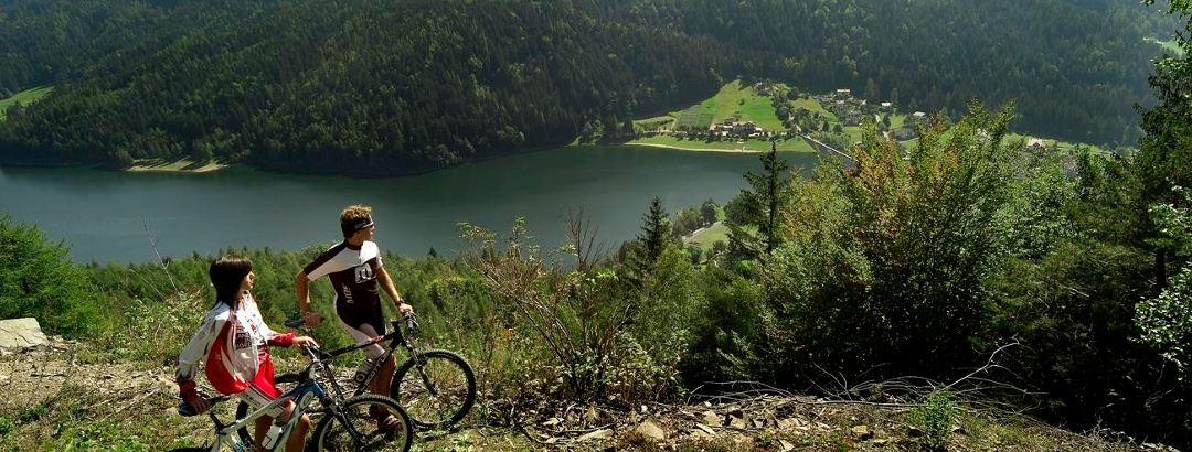 Der Piazze-See ist von dichten Wäldern umgeben.