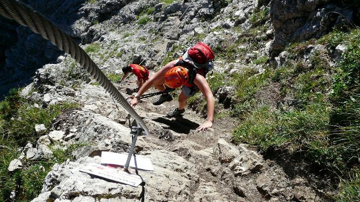 Klettersteiggänger am Fels