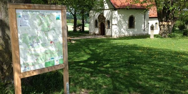 """Kapelle """"Zur Hilligen Seele"""" mit Wanderwegtafel"""