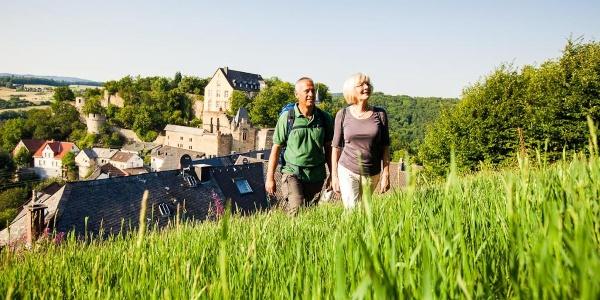 Auf dem Wildgrafenweg mit Schloss Dhaun im Hintergrund