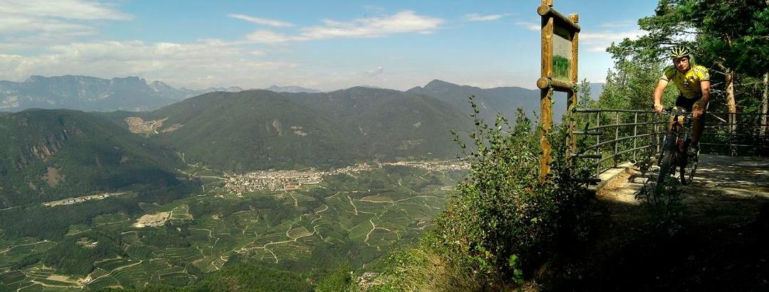 Ausblick vom Aussichtspunkt Belvedere hinab ins Cembratal.