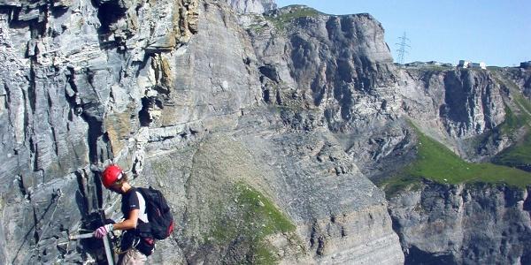 Kleiner Daubenhorn Klettersteig mit Sicht auf den Gemmipass