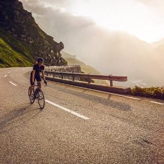 Velofahrerin beim Aufstieg auf den Grimselpass auf der Walliser Seite