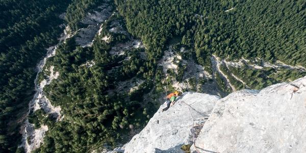 Kurz vor dem Ausstieg an der Alpawand liegt der Donnersbachgraben fast 1000 m unterhalb.