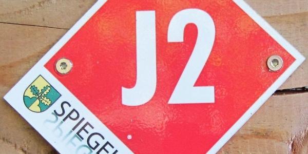 """Rundwegmarkierung """"J2"""" in der Natur"""