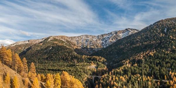 Die Val Tantermozza erstreckt sich von God d'Arduond in der Mitte des Bildes und anschliessend in das Tal hinter dem rechts gelegenen Muot sainza Bön.