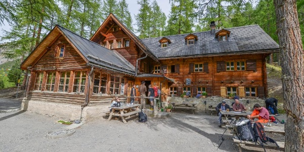 Die Cluozza-Hütte bietet 63 Schlafplätze und Übernachtungsgelegenheit in einem der wildesten Täler der Schweiz.