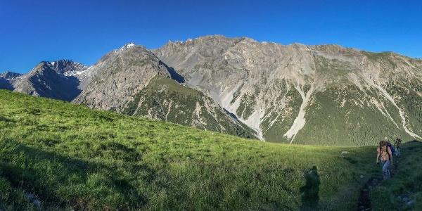 Sonnenaufgang auf der Alp Murter mit Blick in die Val Sassa und zum Piz Quattervals.