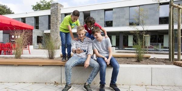 Jugendliche vor der Jugendherberge Monschau-Hargard