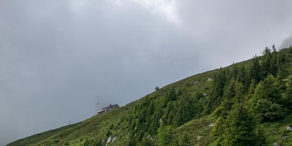 Oberhalb des Weges sieht man die Salbithütte