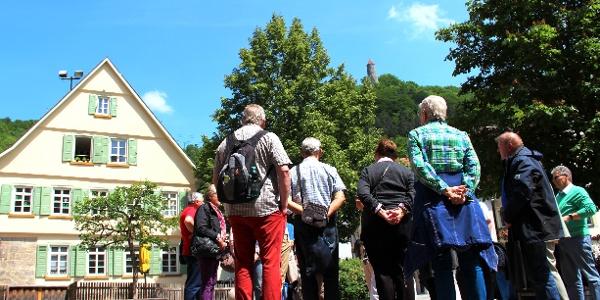 Vom Kirchplatz erblicken wir den Ödenturm am Albtrauf
