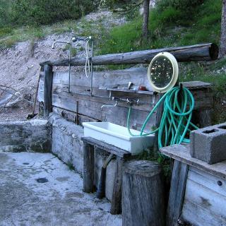 Rif. San Marco: Freiluftdusche mit warmen Wasser
