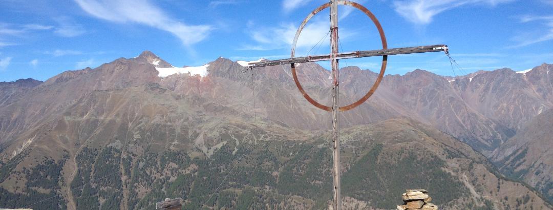 Gipfelkreuz mit Blick auf den Similaun