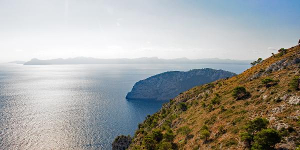 Blick im Aufstieg zur Penya Roja Richtung Osten (Bucht von Alcudia)