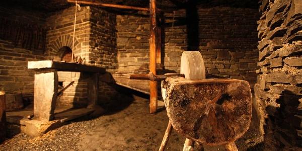 Alte Arbeitsstätten bei der Verarbeitung von Gesteinen