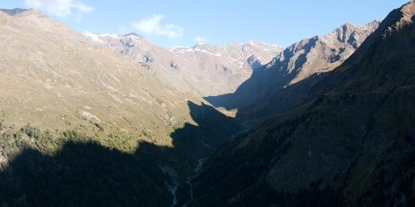 Der nordseitige Anstieg verläuft im Schatten, während die Gipfel auf der gegenüberliegenden Talsite schon in der Sonne liegen