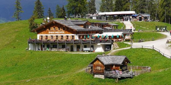 Die Rudi-Hütte mit der Bergstation der Rotwandbahn im Hintergrund