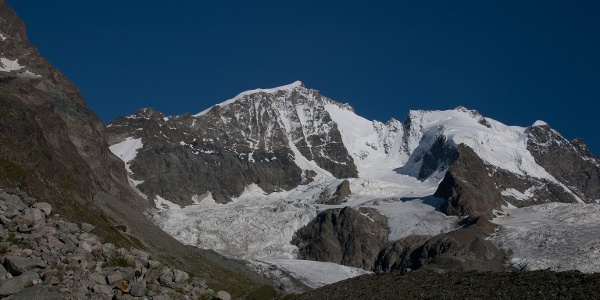 Vor der Tschiervahütte gibt es schöne Ausblicke auf den Piz Bernina